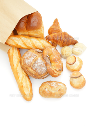 紙袋から広げるパンの写真素材 [FYI00033699]