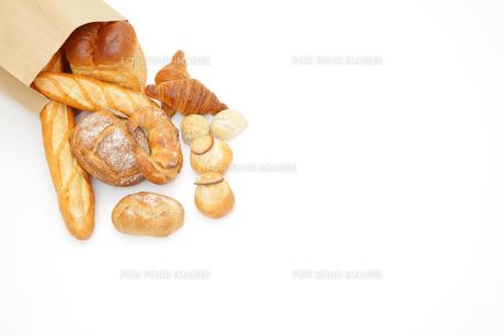 紙袋から広げるパンの写真素材 [FYI00033702]