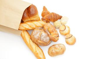 紙袋から広げるパンの写真素材 [FYI00033708]