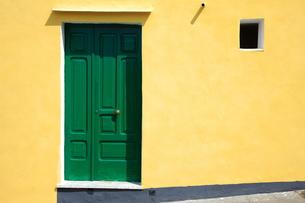 緑色のドアの写真素材 [FYI00034252]