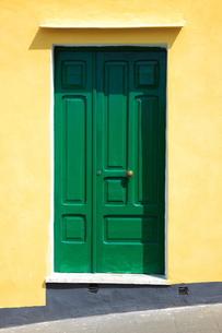緑色のドアの写真素材 [FYI00034276]