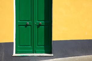 緑色のドアの写真素材 [FYI00034289]