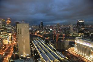 大阪駅の夜景の写真素材 [FYI00034807]