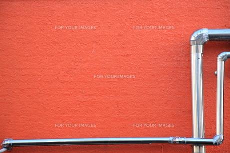 赤い壁と銀色のパイプの写真素材 [FYI00034829]