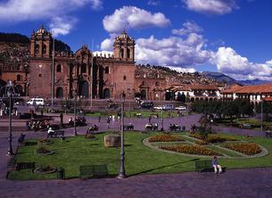 世界遺産クスコ市街のアルマス広場とカテドラルの写真素材 [FYI00034895]
