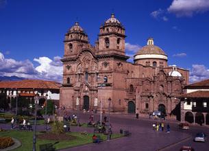 世界遺産クスコのアルマス広場とヘスス教会の写真素材 [FYI00034899]