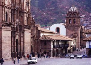 世界遺産クスコの街並みとヘスス教会の写真素材 [FYI00034901]