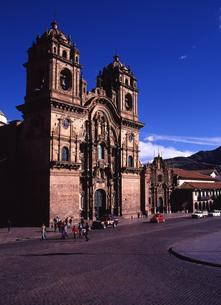 世界遺産クスコのアルマス広場とヘスス教会の写真素材 [FYI00034916]