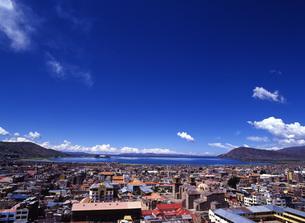 世界遺産ティティカカ湖とプーノの街並みの写真素材 [FYI00034917]