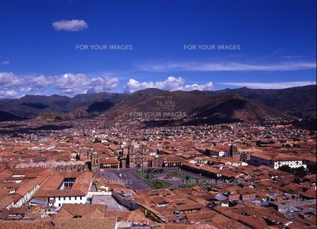 世界遺産クスコ市とアルマス広場遠景の写真素材 [FYI00034928]