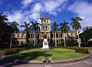 ハワイ旧裁判所とカメハメハ大王像の写真素材 [FYI00034959]