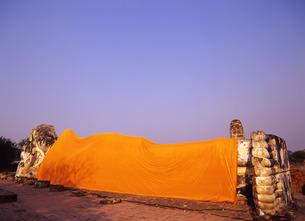ワット・ロカヤスタの寝釈迦仏の写真素材 [FYI00034988]