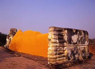 ワット・ロカヤスタの寝釈迦仏の写真素材 [FYI00034995]