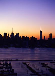 朝焼けのニューヨークの写真素材 [FYI00035038]
