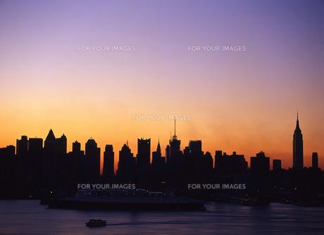 朝焼けのニューヨークの写真素材 [FYI00035042]