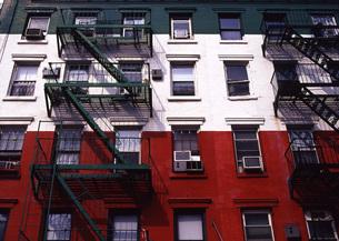 イタリア国旗の色に塗られたビルの写真素材 [FYI00035051]