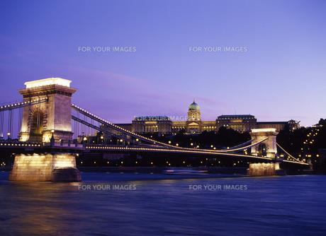 ドナウ川にかかる鎖橋とブダペスト王宮の写真素材 [FYI00035230]