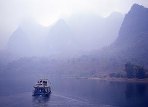 桂林の山並みと漓江の写真素材 [FYI00035232]