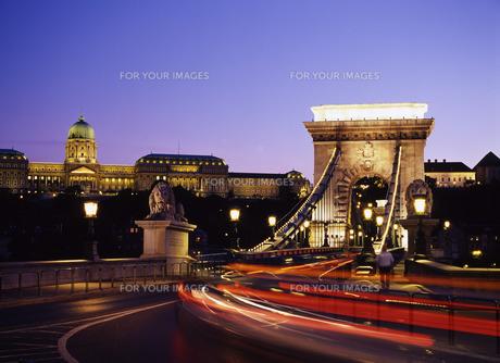 ドナウ川にかかる鎖橋とブダペスト王宮の写真素材 [FYI00035234]
