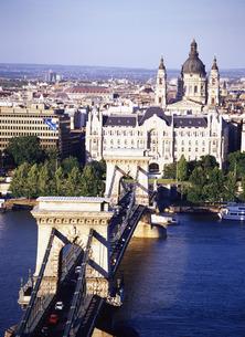 ドナウ川にかかる鎖橋とブダペストの街並みの写真素材 [FYI00035238]