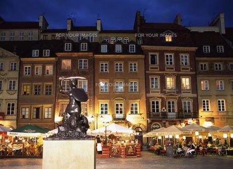 夕暮れのワルシャワ旧市街市場広場の写真素材 [FYI00035286]