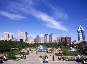 大連の高層ビル群と労働公園の写真素材 [FYI00035351]