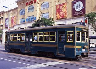 大連市街を走る路面電車の写真素材 [FYI00035370]