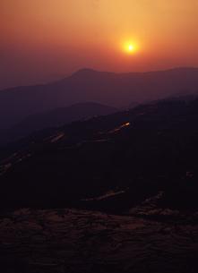 元陽の千枚田と日の出の写真素材 [FYI00035483]