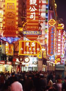 夜の南京路歩行街の写真素材 [FYI00035494]