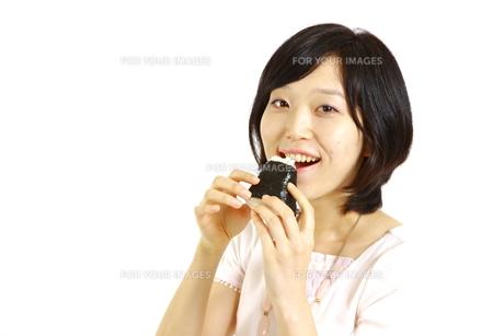おにぎりを食べる女性の写真素材 [FYI00035543]