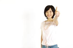 サムアップの合図をする女性の写真素材 [FYI00035545]