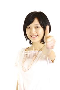 サムアップの合図をする女性の写真素材 [FYI00035551]