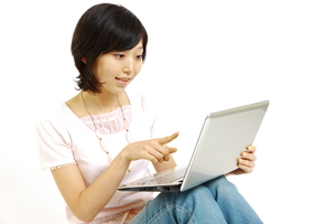 パソコンを使う女性の写真素材 [FYI00035621]