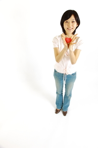 ハートを持つ女性の写真素材 [FYI00035630]