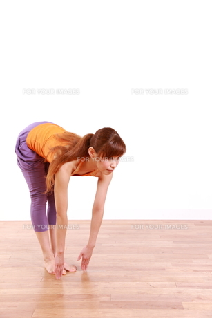 ヨガをする女性(足と手のポーズ)の写真素材 [FYI00035678]