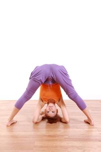 ヨガをする女性(ピラミッドのポーズ)の写真素材 [FYI00035680]
