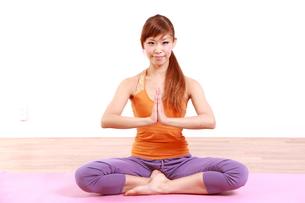 ヨガをする女性(冥想)の写真素材 [FYI00035682]