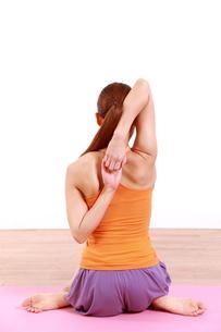 ヨガをする女性の写真素材 [FYI00035711]
