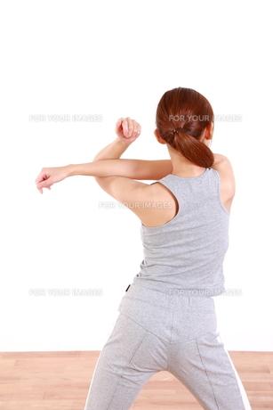 体操をする女性の写真素材 [FYI00035728]