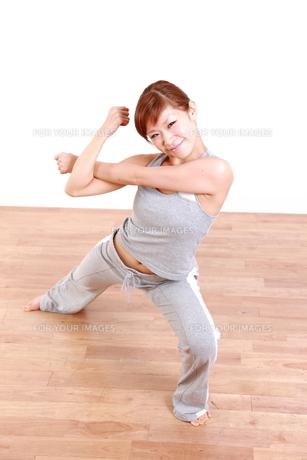 体操をする女性の写真素材 [FYI00035733]