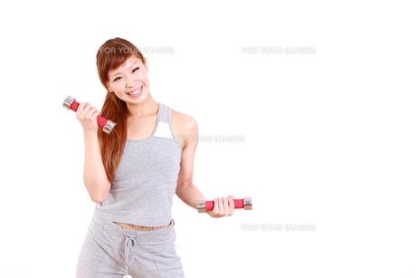 ダンベルでトレーニングをする女性の写真素材 [FYI00035752]