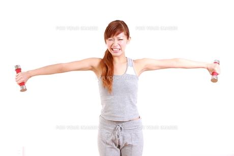 厳しいダンベル体操を頑張る女性の写真素材 [FYI00035765]