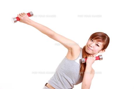 ダンベルでトレーニングをする女性の写真素材 [FYI00035774]