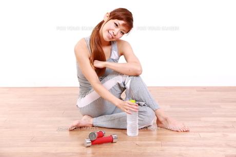 トレーニングを休憩する女性の写真素材 [FYI00035776]