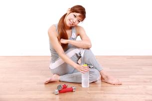 トレーニングを休憩する女性の素材 [FYI00035776]