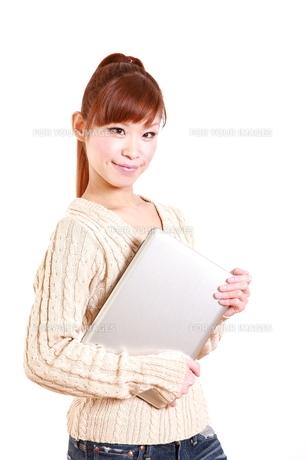 パソコンを持つ女性の写真素材 [FYI00035867]