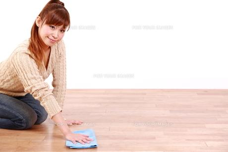 掃除をする女性の写真素材 [FYI00035869]