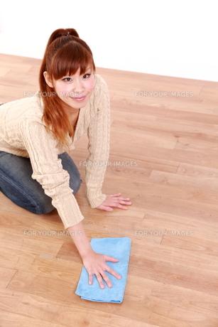 掃除をする女性の写真素材 [FYI00035873]