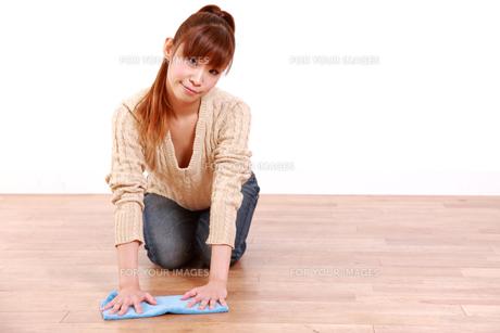 掃除をする女性の写真素材 [FYI00035874]
