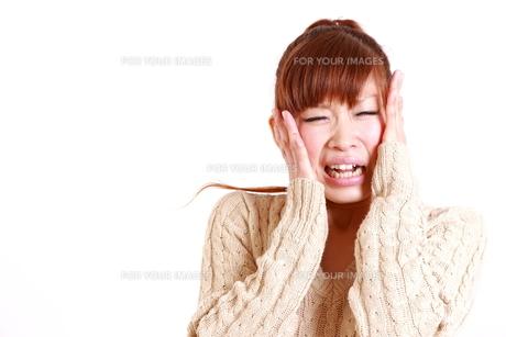恐縮する女性の写真素材 [FYI00035879]